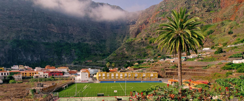 Campo de futbol en un valle en Hermigua