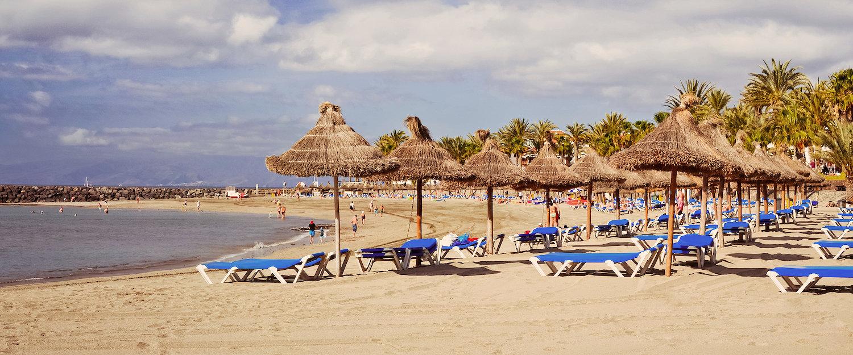 Sombrillas de paja en Playa de las Américas