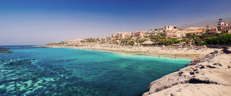 Turkoois-blauwe zee in Playa de las Américas