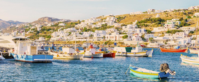 Boten in de haven voor de kust van Mykonos
