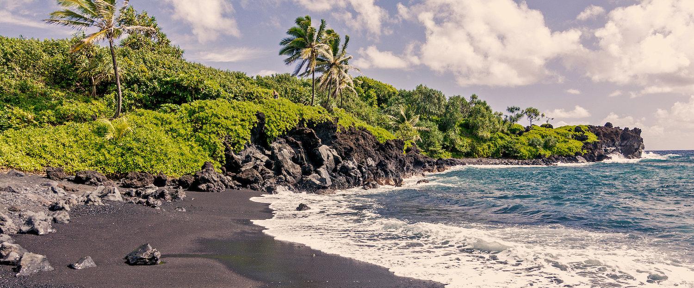 Schwarzer Strandbucht auf Maui