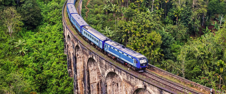 Zug auf den Bergen Sri Lankas über die Neun-Bogen-Brücke