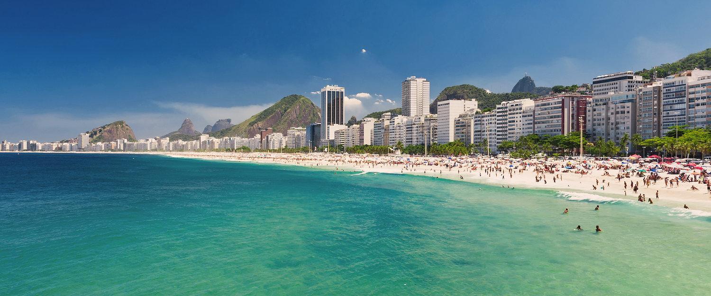 Schöner Stadtstrand mit türkisem Meer in Rio de Janeiro