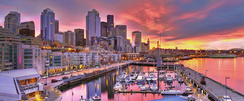 Seattle-Skyline am Hafen im Sonnenaufgang