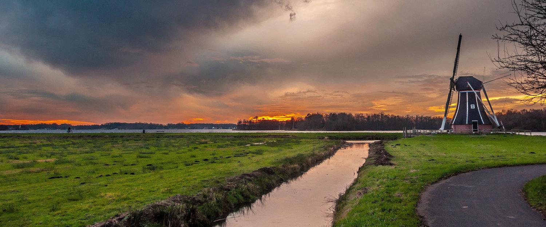 Romantische Landschaft mit Windmühle in den Niederlanden