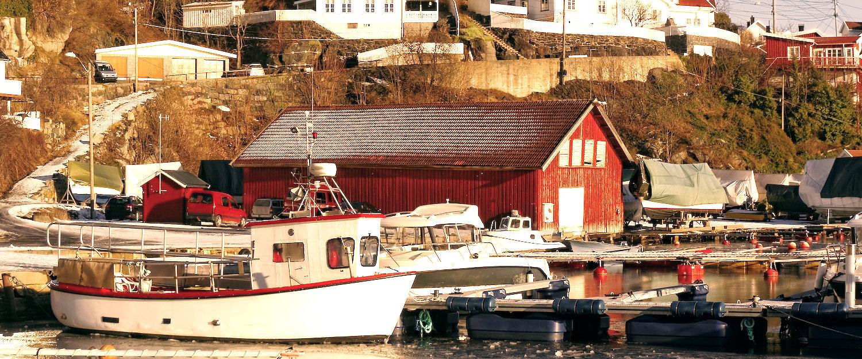 Båter i skjergården på vinteren i Telemark
