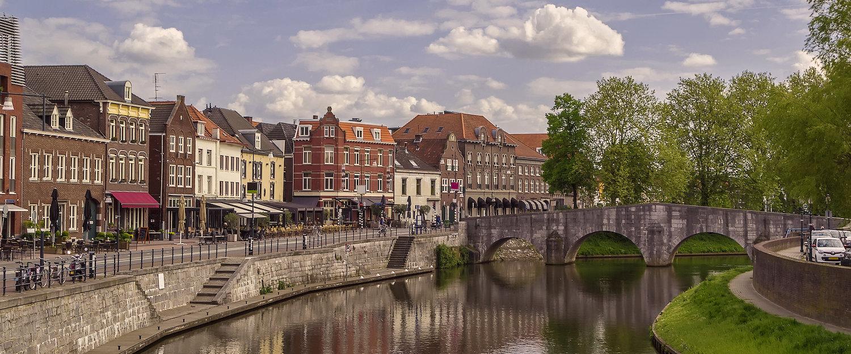 Ansicht von der Maas mit Brücke in Roermond