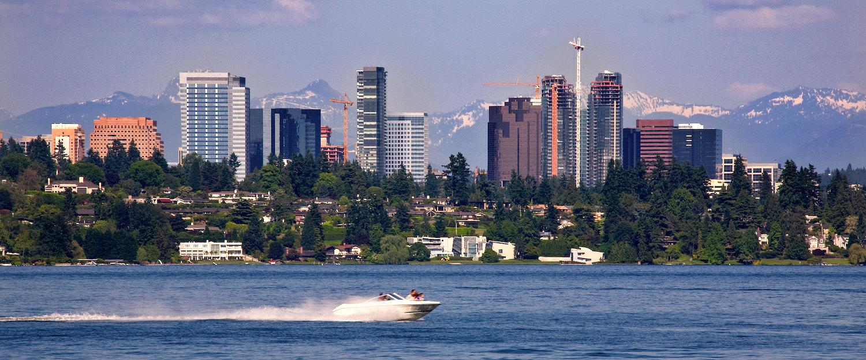 Skyline von Bellevue mit Bergen im Hintergrund