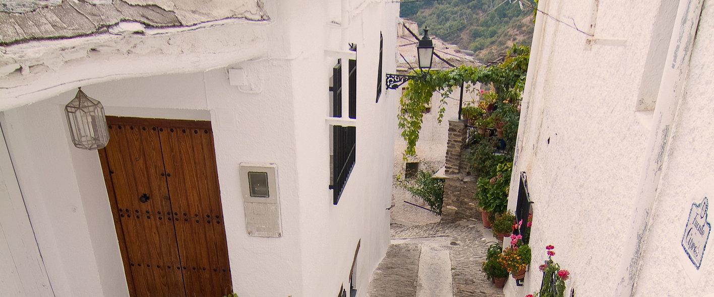 Las típicas calles estrechas entre casas de cal en Capileira