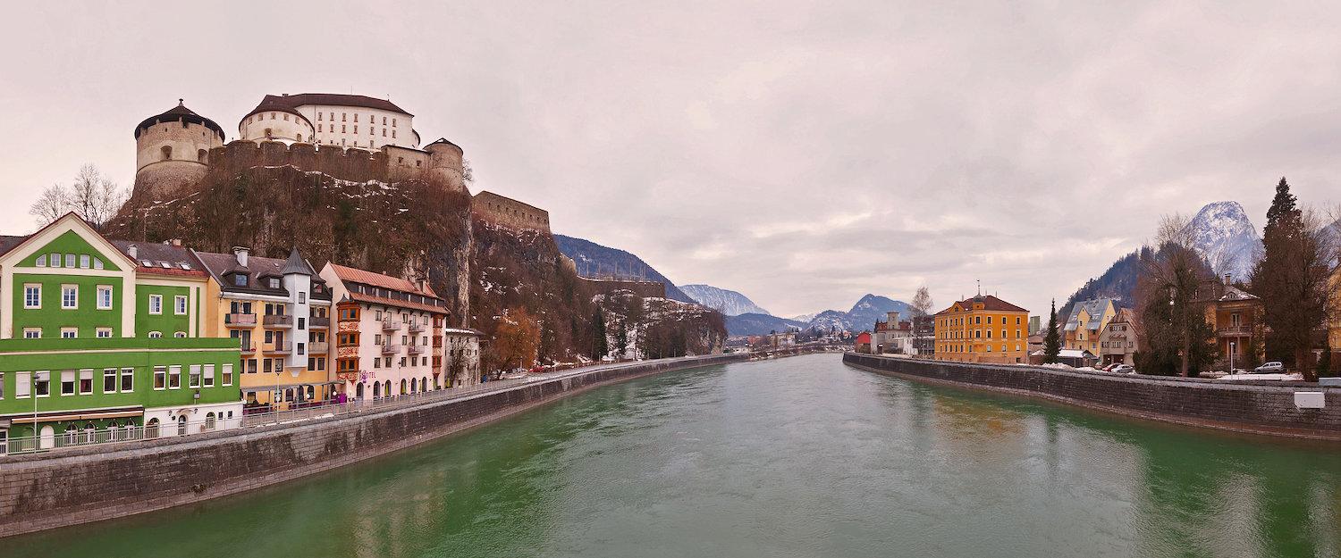 Uitzicht op de herberg en het kasteel in Kufstein