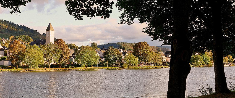 Blick vom Moselufer auf die Ortschaft Bullay