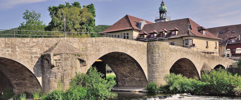 Steinbrücke über den Werra-Fluss in der Nähe von Obermassfeld