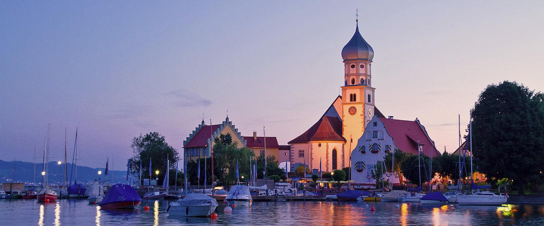 Abendstimmung in Nonnenhorn an der Kirche