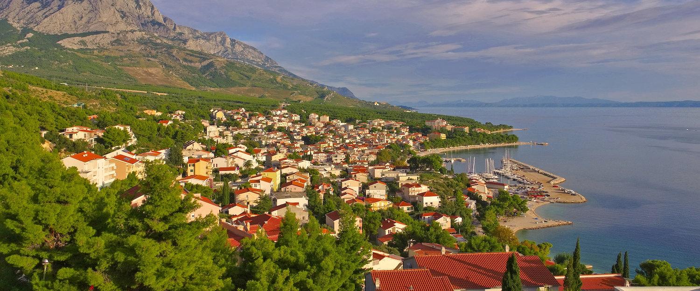 Blick auf Baska Voda an der dalmatinischen Küste