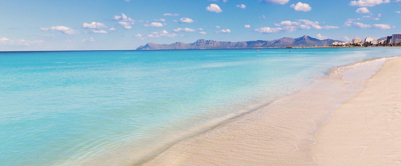 Turquoise zee aan het strand bij Alcúdia