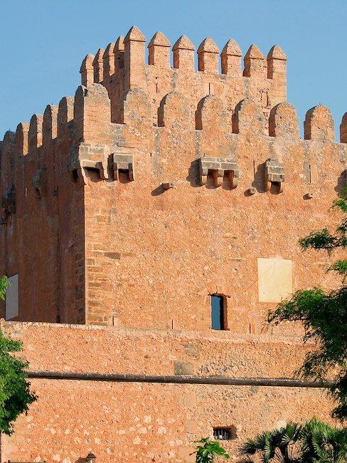 De middeleeuwse verdedigingstoren Torre de Canyamel.