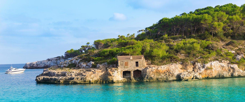Azurblaues Wasser an der Küste von Palmanova
