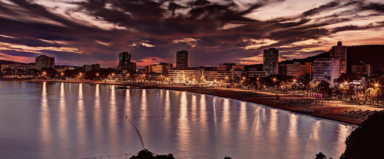Nachtelijk panorama van de stad