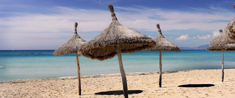 Las hermosas sombrillas en la playa de Sa Ràpita