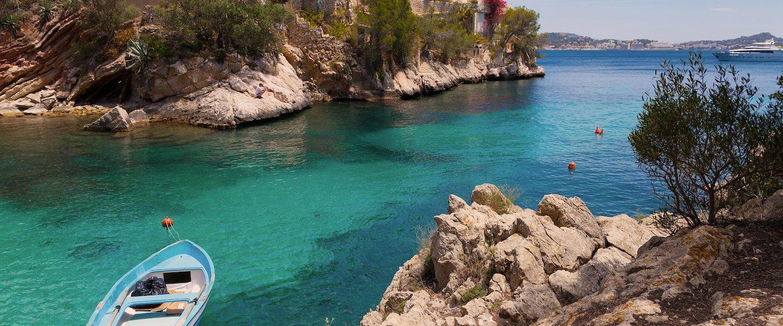 Azurblaues Wasser in der Bucht