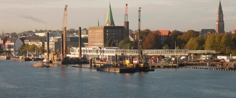 Uitzicht op de eerbiedwaardige haven van Kiel