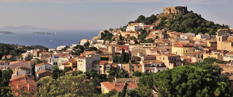 Vista de Begur con el castillo medieval