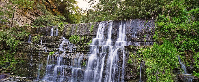 Pequeña cascada cerca de la aldea Ripit i Pruit