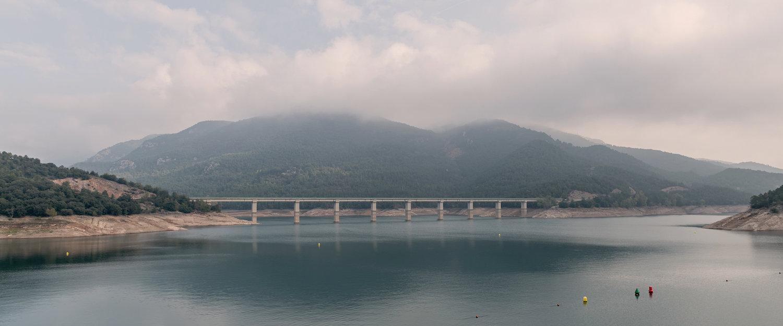Lago entre montes de Berga