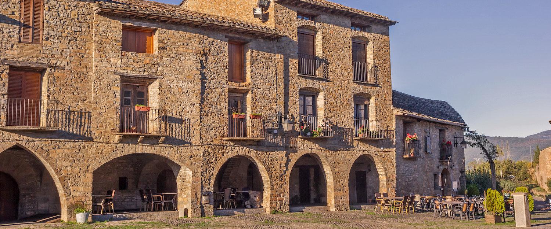 Construccciones típicas en la plaza principal de Aínsa