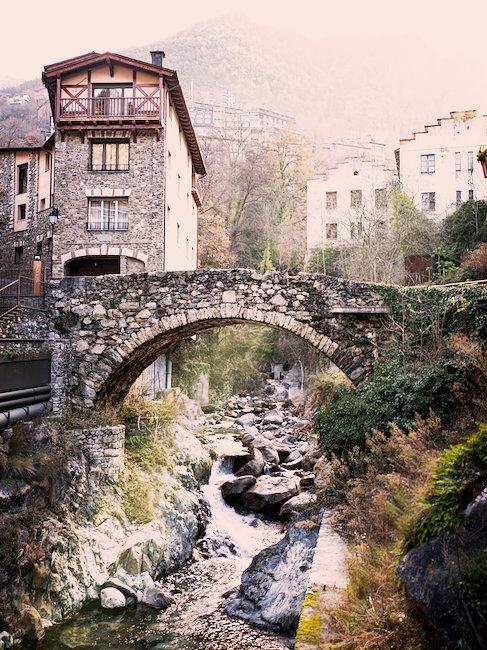 Un antiguo puente en Andorra
