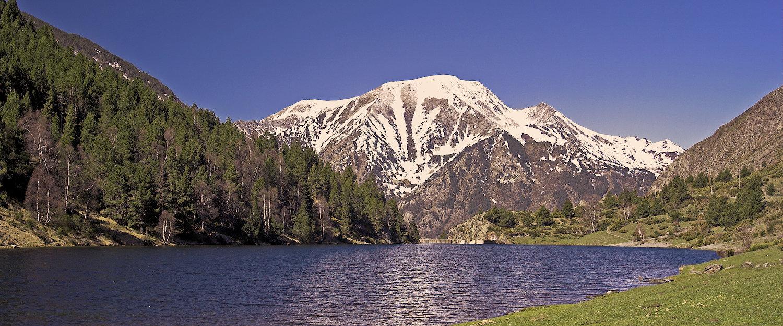 Vistas de los Pirineos, montañas y lagos