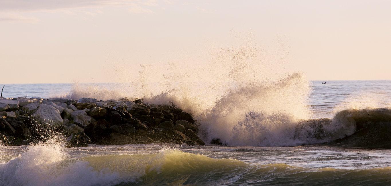 Bestaunen Sie das Spiel der Wellen in Marina di Massa.
