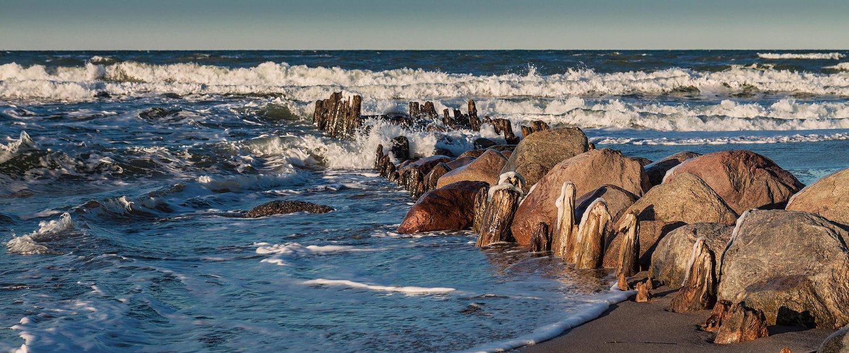 Wellenbrecher am Strand