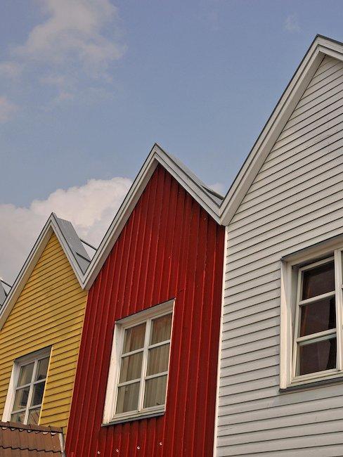 Bunte Fassaden der typischen Reihenhäuser in Eckernförde