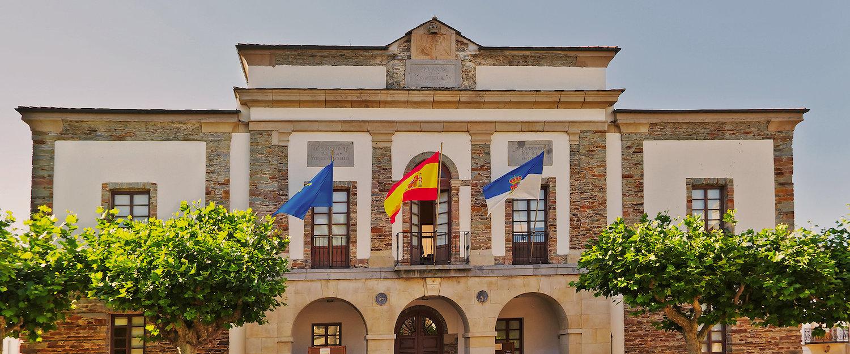 Fachada del ayuntamiento de Tapia de Casariego