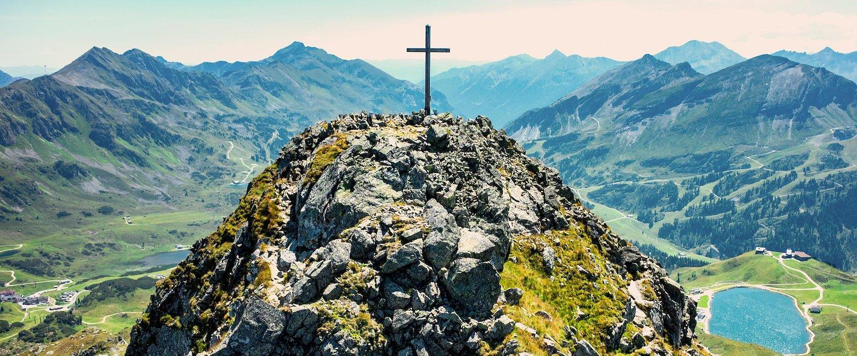 Aussicht vom Kreuz an der Spitze des Berges