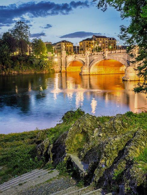 Il Po attraversa il ponte Umberto I.