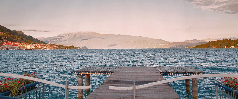 Steg mit Aussicht auf den Garda See und Salò
