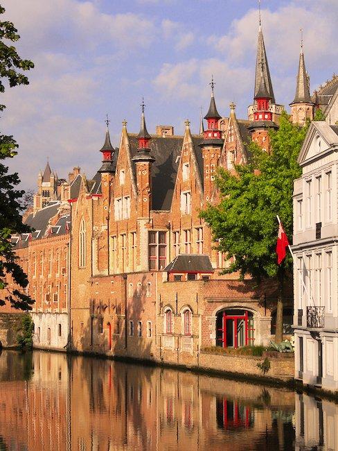 Mittelalterliche Architektur an einem Kanal in Brügge
