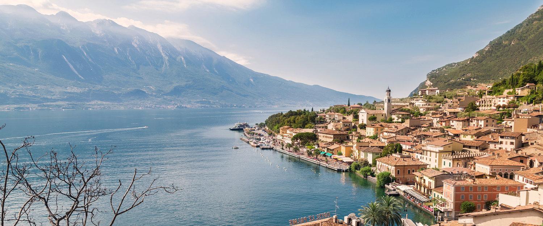 Blick auf die Berge, den Gardasee und Limone sul Garda