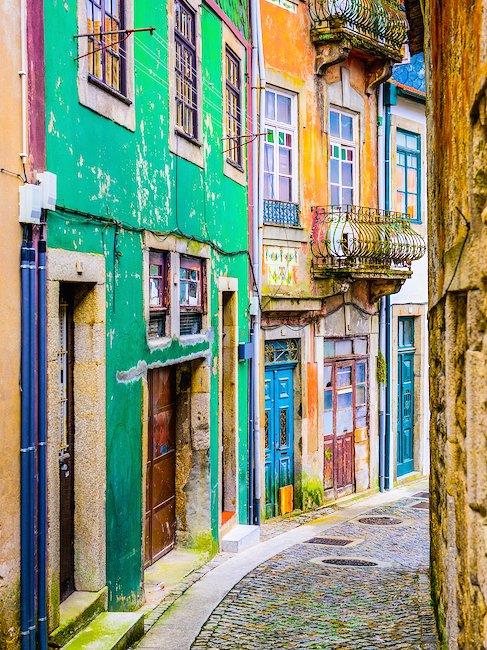 Farbenfrohe Gasse in Porto