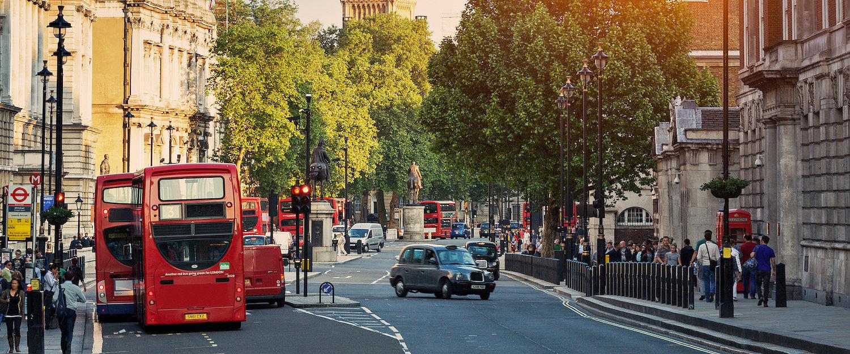 Charakterystyczne piętrowe autobusy na ulicach Londynu