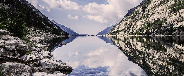 El agua calmada del lago