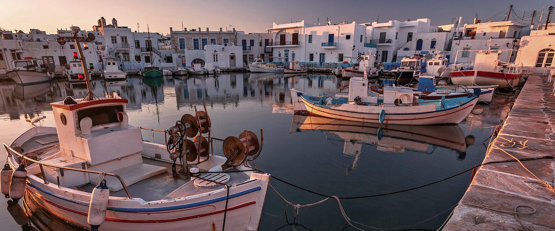 Hafen mit typischen weißen Marmorhäuser auf den Kykladen