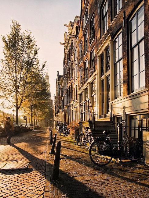 De mooie avondschemering in Amsterdam