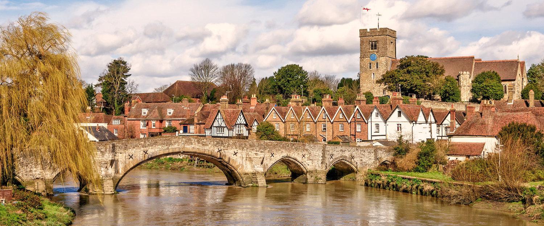 Mittelalterliche Brücke und Kriche in Kent