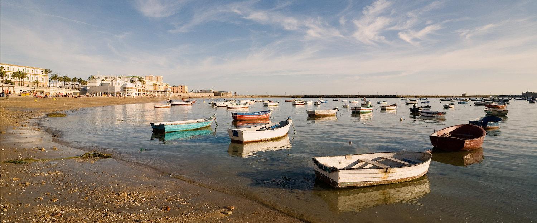 Playa y barcazas en Chipiona