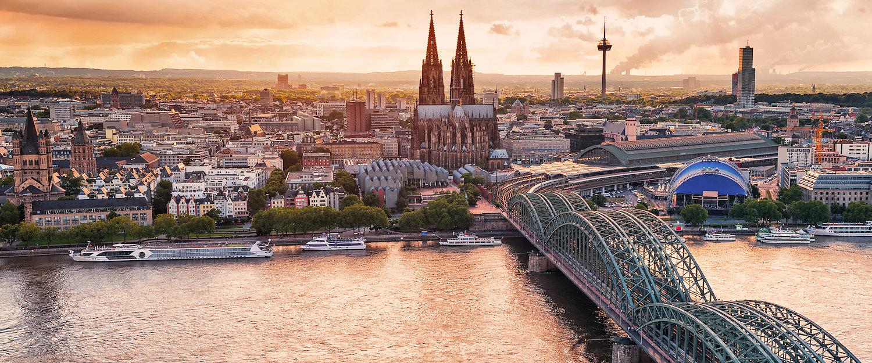 Blick auf Köln im Sonnenuntergang
