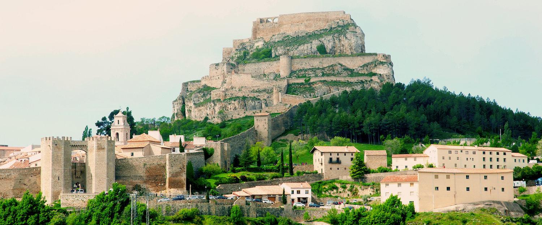 Muralla en la montaña en Morella