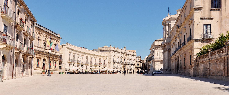 Bei herrlichen Sonnenschein über die Piazza schlendern.